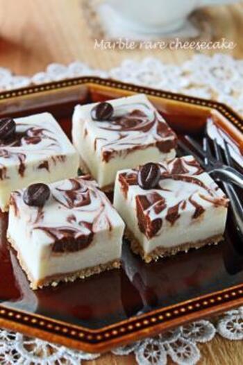 クリームチーズと生クリーム、チョコレートなどをベースに作る、マーブル模様がおしゃれなレアチーズケーキのレシピ。切り分けるときはナイフを温めると潰れずきれいにカットできますよ。