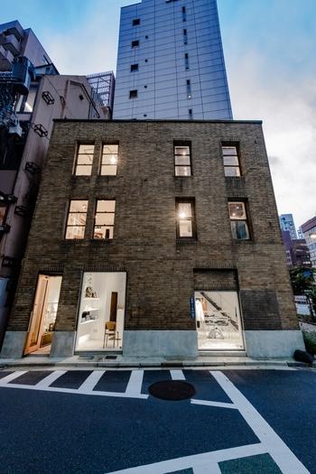 銀座奥野ビルと同じ、1932年に竣工された「MUSEE GINZA_Kawasaki Brand Design (ミュゼ銀座 川崎ブランドデザインビルヂング)」は、高層ビルが立ち並ぶ銀座昭和通り沿いにあります。設計者や現在に至るまでの詳細な経緯が不明なのですが、関東大震災の復興建築として造られたことが分かっています。