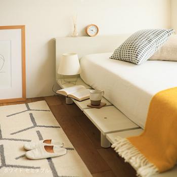 """PIATTO(ピアット)のヘッド付きフロアベッドは、""""寝る""""ためだけのベッドではありません♪ご覧のとおり、フレームの余った部分は、ベンチやサイドテーブルとして使えるデザイン。  部屋の中にソファを置くスペースがないという方でも、このベッドなら、ベンチスペースを確保できますよ*"""