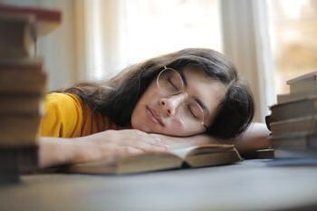 短時間の昼寝を心地よくするには?快眠のコツと役立ちグッズ