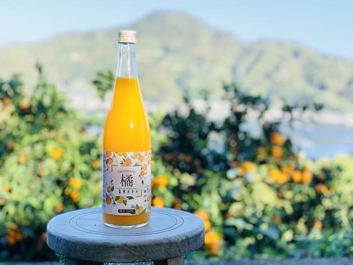 愛知県宇和島市で大切に育てられた、香り豊かなみかんジュースです。小粒の温州みかんを選んで、皮ごとしぼってあるのが特徴です。みかんの甘みの他に、酸味や苦みなど、複雑な味わいを丸ごと感じることができます。