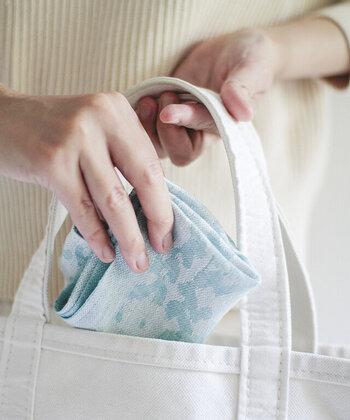 バッグにひとつ忍ばせたい。心躍る鮮やかな「ハンカチ」カタログ