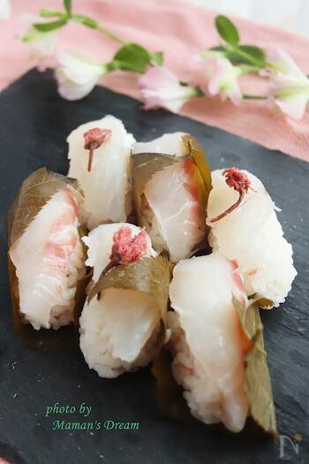 おうち花見のいいところは、生モノを使った料理も傷みを気にせずに食べられること。お寿司のにぎりも可愛らしく桜の塩漬けを使って春らしく。贅沢な気分になりますね。