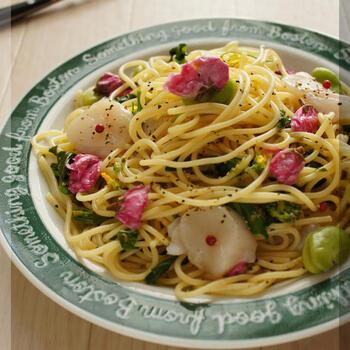 そら豆、菜の花、桜と春色満載なパスタ。ホタテも入ったボリューミーかつ、パーティー感のある可愛いレシピは、おもてなしにも最高です。