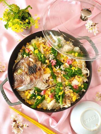 春の訪れを料理で表したかのような鯛ごはん。菜の花を散りばめ、春の食材もしっかりと味わえるごちそうレシピです。