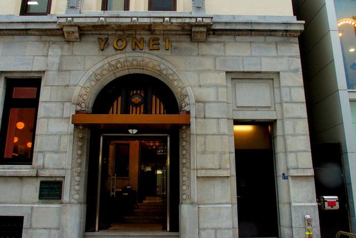 銀座2丁目にある「ヨネイビル」は、建設機械や工業資材などを扱う商社・株式会社ヨネイの本社ビルとして、1930年に竣工しました。地上6階・地下1階の鉄骨鉄筋コンクリート造で、中世ヨーロッパのような瀟洒な雰囲気が今も残ります。