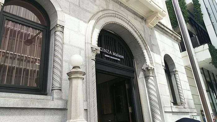 アーチ型の窓や細かい意匠が特徴の「ヨネイビル」。経年劣化により、外観・内観ともに何度か修繕が行われましたが、竣工当時のイメージやデザインは変えていないそう。装飾の美しさは圧巻です。