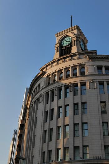 銀座のシンボルといえば、交差点を見下ろす「和光」の時計塔。初代の時計塔が完成したのは1894年で、現在のものは2代目。1932年に造られ、ゆるいアーチを描いた外観が特徴です。
