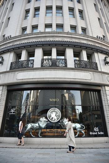 外壁には天然石を使用。これは、関東大震災直後だったことから火災や地震に考慮したためといわれています。また、窓にはブロンズ製の唐草模様の装飾が。ネオルネッサンス様式の設計を手がけたのは、横浜のホテルニューグランドや、東京国立博物館の本館などに携わった渡辺仁氏によるものです。