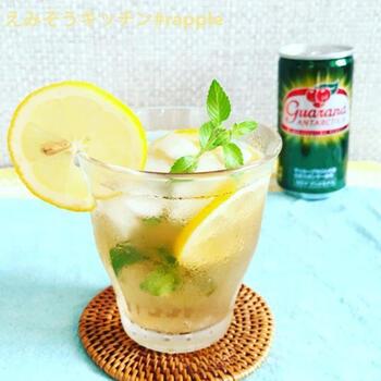 ガラナは、アマゾン流域で採れる種子「ガラナ」のエキスを使った、ブラジルで大人気のドリンク。その飲料にリモンチェッロを合わせたカクテルは、これからの季節におすすめのフレッシュな味わいです。