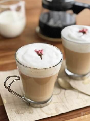 ゆったりとした時間にしてくれるカフェタイム。お花を眺めながら、春らしいコーヒーを。ほのかに香る桜とコーヒーの香りで、心から癒されるはず。