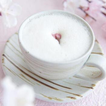 まだまだ寒い日も多い春先には、体が温まる甘酒を使った桜ラテもおすすめです。じんわりとした温かさが体を包み込んでくれますよ。
