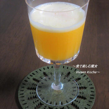 ブランデーにレモンジュースやホワイトキュラソーをシェイクするサイドカー。こちらは、そのサイドカーをオレンジジュースで飲みやすくしたカクテルですが、同じくレモンを使ったリモンチェッロを少しだけ加えるのも美味しそう。
