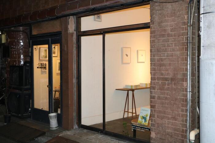 """現在、1階は""""一冊の本を売る書店""""として注目の「森岡書店」が入っています。個性的なコンセプトをもつ店舗と、和洋をコントラストしたデザインの建物の雰囲気がマッチしたレトロで新しい空間です。"""