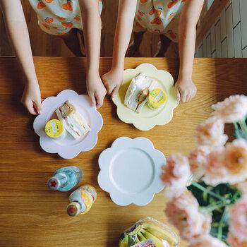 おうち花見は、お弁当スタイルでももちろんOKですが、食器を花柄や花モチーフにしたテーブルコーディネートも華やかで可愛らしく、気分を盛り上げてくれます。