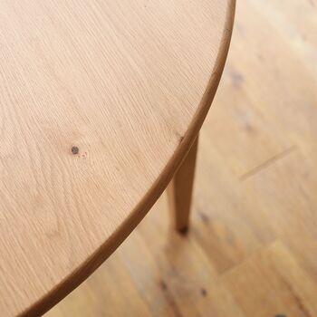 木の表面に薄くなめらかな塗膜を作るラッカー塗装。木の質感や風合いをキープしつつ、傷や汚れからテーブルを守ってくれます。メンテナンスいらずで木の風合いを楽しめます。