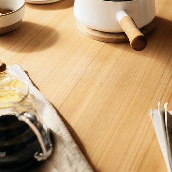 オーク材・ナラ材に似ており、ナチュラルテイストの家具によく使われるタモ材・アッシュ材(画像)。こちらもよく一緒にされますが、厳密には別の木です。が、どちらもモクセイ科で親戚同士の木材です。