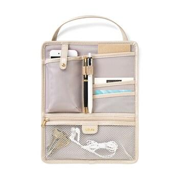 スマホや手帳、カードなど、バッグの中のこまごました物をこれひとつですっきり整頓できるバッグオーガナイザー。