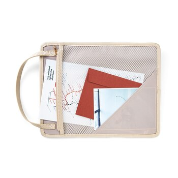 裏側にはファスナー付きのメッシュポケットが付いていて、書類やパンフレットなどを収納するのに便利。芯入りのしっかりとした造りだから、ペーパー類もきれいなまま持ち運べます。