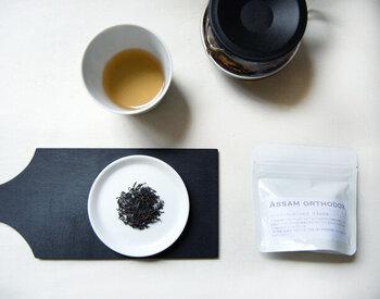 静岡県沼津が拠点の紅茶の卸売りブランド「テテリア」より、きれいな赤色が美しいフルリーフのアッサムティー。しっかりとした渋味と後味の甘い余韻を持つ風味が特徴で、紅茶をストレートで楽しみたい人におすすめです。