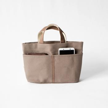 持ち手付きでミニトートバッグ感覚で使えるバッグインバッグ。外ポケットが表に2つ、裏面に3つ付いているので使い勝手も抜群。