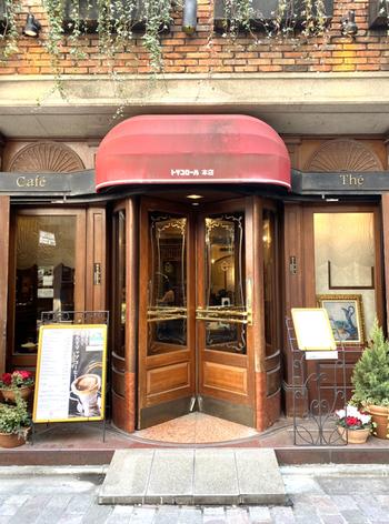 蔦の絡まるレンガと、回転扉がレトロな「トリコロール本店」は、1936年に創業の老舗喫茶店です。この外観だけで、すでに期待が高まりますね。