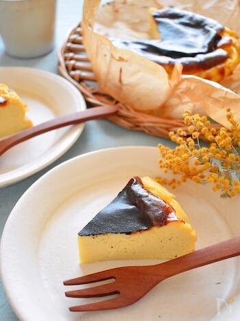 大人気のバスクチーズケーキも、豆腐で作ることができます。材料はたったの4つ!クリームチーズと豆腐を同量使うことで、通常のものよりもさっぱりとした軽い口当たりになります。ダイエット中の方や、お子様のおやつにもピッタリですよ!