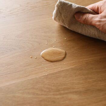 水分にも強く、汚れや飲みこぼしなど簡単に拭き取れるので、小さなお子様のいるおうちに向いています。また、ウレタン塗装は木の呼吸を止めるため、反りやひび割れも起こりにくく、木材の経年変化も起きることがなく、キレイな状態で長く使用できます。