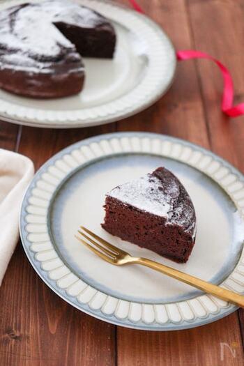 乳製品や小麦粉を使わずに焼けるガトーショコラは、健康志向の方には嬉しいレシピですよね。ベーキングパウダーの力のみでふくらませるので、入れるタイミングには気をつけて!生地にベーキングパウダーを混ぜたら、すぐにオーブンで焼くようにすると、しっかりとふくらみますよ。