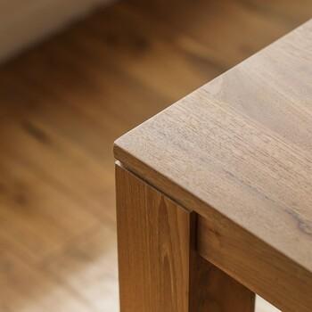 世界3大銘木の1つであり、落ち着きのある焦げ茶色の佇まいが魅力的なチーク材。 天然油成分が多く含まれているので、水に強く耐水性に優れています。非常に強靭で磨耗にも強く、割れや裂けへの耐性も抜群。腐食、酸化、害虫に耐性があるため、耐用年数が非常に長いことが特徴で一生モノの家具として愛用できます。