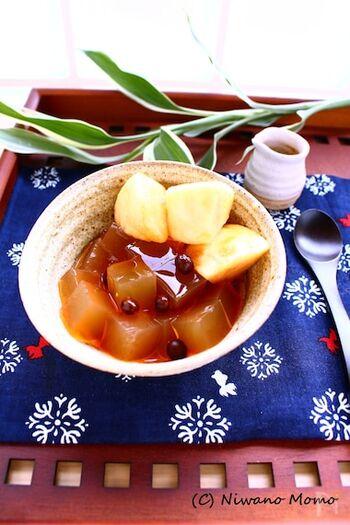 南アフリカ原産のルイボスティーは、乾草のような素朴な香りとほのかな甘みが特徴。寒天とみつに使用して、独特の色合いを出しています。茹でたえんどう豆とフルーツをトッピングして、いつもと違う和のデザートに。