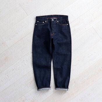 毎日でも履きたいデニムは、ノンウォッシュのブルージーンズならきれい見せができますよ。深いインディゴブルーはどんな色とも合わせやすく、着回しの幅が広がります。