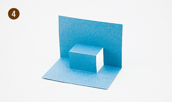 基本となる切り方を覚えておけば、描きたいものに合わせてアレンジできます。半分に折った紙に切り込みを入れ、90度に開けば段が完成。段に絵を貼れば、簡単に飛び出すしかけができますよ。