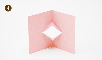 半分に折った紙に切り込みを入れ、斜めに折って開くとくちばしに。顔を描けば、キュートな鳥さんが出来上がります。