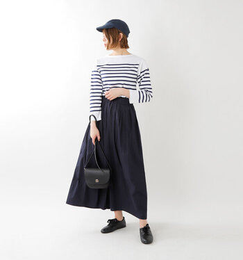 ホワイト×ネイビー×ブラックでまとめた、大人のマリンスタイルです。裾に向かってふんわり広がるスカートは、インパクトのあるボーダートップスとの相性も抜群!小ぶりなバッグやレースアップシューズを合わせると、きれいな印象をキープできます。
