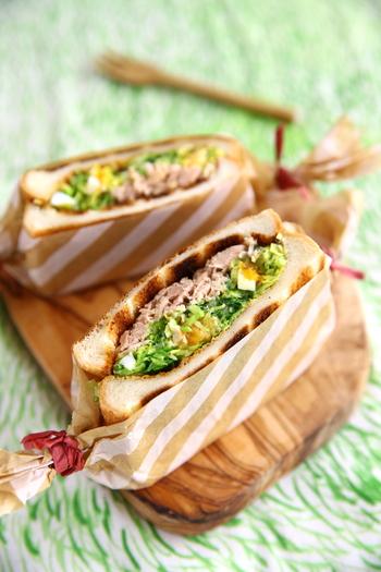 味玉に野菜とツナを混ぜ合わせてちょっとプレミアムなサンドイッチに。味玉はまとめて作り置きしておくと、おかずの一品にもなるので重宝します。