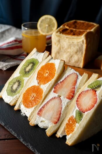 いちご、キウイフルーツ、みかんを贅沢に使用した、フルーツの断面がカラフルで楽しいフルーツサンド。ヨーグルト風味のクリームでさっぱりと食べられます。