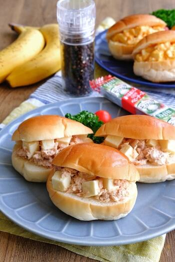 ツナフィリングに、角切りにしたベビーチーズをごろごろ入れた楽しいサンドイッチ。バターロールを使うと、お子さんも食べやすい。