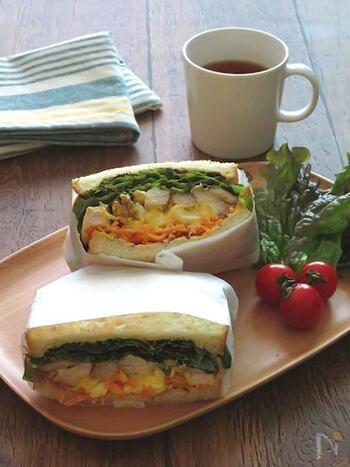肉、野菜、卵が同時に摂れる栄養バランスの良いサンドイッチ。ランチにぴったりです。