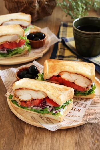 タンドリーチキンと野菜をサンドしたボリュームたっぷりのサンドイッチ。タンドリーチキンは下味冷凍しておくと、味がよく染み込みやわらかく仕上がります。