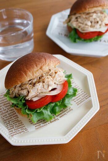 味噌とすりごまで和風に仕上げたチキンを、たっぷりの野菜と合わせたサンドイッチ。栄養価も食べ応えも十分です。