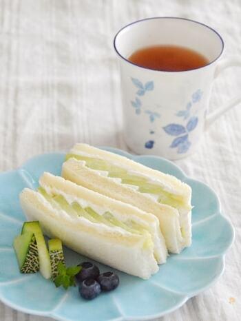 メロンと生クリームをはさんだ、贅沢なサンドイッチ。メロンを少しずつ重ねて並べてカットすることで、見た目も華やかな断面に仕上がります。