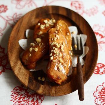 バナナに米粉の衣をつけて揚げたおやつは、ベトナムでの屋台で夕方のおやつタイムによく売られているそう。外はカリカリ中はとろっとしていて、バナナの甘みと酸味がいいバランス。練乳とピーナッツをかけていただきましょう。