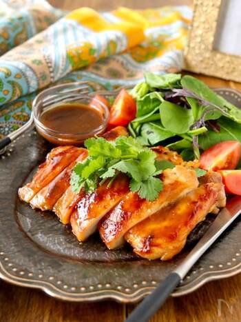 """ガイヤーンは、タイ東北部のイサーン地方の郷土料理ですが、いまではタイ全土で食べられます。""""ガイ""""は鶏、""""ヤーン""""は炙り焼きの意味で、日本でいう焼き鳥のようなもの。もち米といっしょに食べるのが本場スタイルです。"""