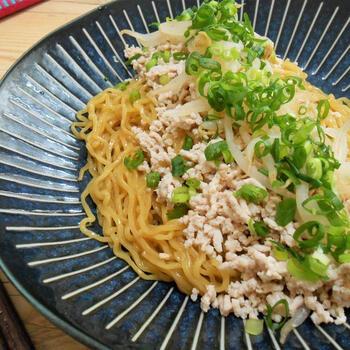 タイの麺はバミーといい、汁ありをバミーナーム、汁なしをバミーヘーンと呼びます。汁なしは、いわゆる油そばのようなもの。ゆでた麺とソースや油を和え、具材をのせて完成。食べるときには、全部混ぜていただきます。