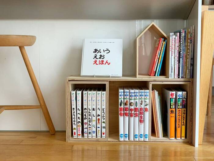 小さい頃は表紙からどんな本か分かるように、ディスプレイ型の本棚がおすすめですが、字が読めるようになってきたら、背表紙が見えるように収納するのがおすすめ。ディスプレイ型よりも多くの量を収納可能です。