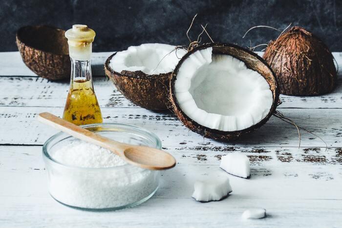 MCTオイルの原材料には、ココナッツとアブラヤシの2種類がありますが、アブラヤシ由来の物には体に悪影響を及ぼす成分が微量に含まれていると言われていることから、100%ココナッツ由来のタイプを選ぶのがおすすめ。ココナッツ由来100%の場合は、パッケージに記載されている事がほとんどなので、すぐに判断できると思います。