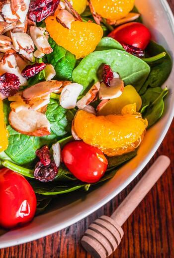 加熱せずに取り入れるMCTオイルは、ドレッシングにぴったり。一緒にたくさんの野菜が取り入れられるのが、最大のメリットでもあります。ダイエット中の方は、MCTオイル入りのドレッシングをかけたサラダをたっぷり食べて、残りの食事の量を減らせると更に良さそうですね。