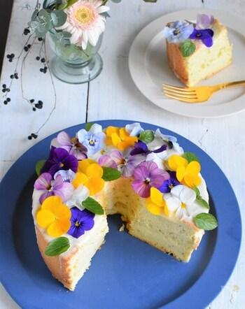 ミントがふわっと香るシフォンケーキは、ビオラの花畑のよう♪ミントのシフォンケーキにホワイトチョコレートをコーティングして、エディブルフラワーでデコレーション。カラフルな花々が、母の日を華やかに演出してくれそうです。