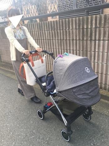 まだ赤ちゃんの月齢が低いうちは、おでかけはベビーカーが中心になりますよね。ベビーカーでのおでかけ時、トートバッグなら、ベビーカーのハンドルに吊り下げやすいです。ラクチンに行動しやすいですよ。